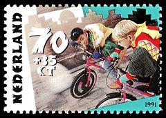 Kinderen fietsen